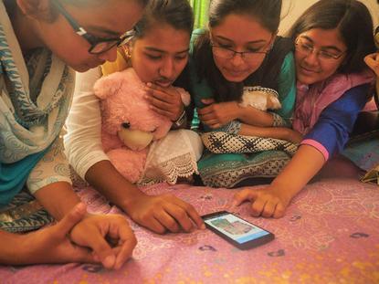 Teenagers in Bangladesh using Mozilla Webmaker.