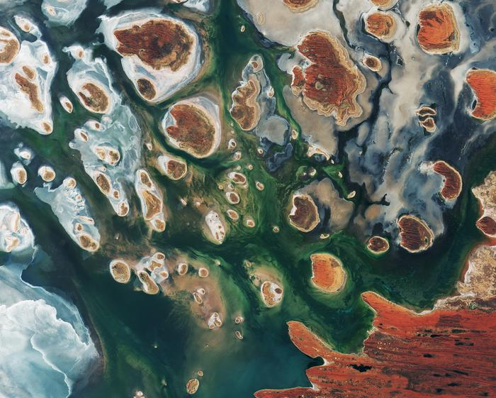 Lake Mackay, the largest of a series of ephemeral salt lakes in Western Australia and the Northern Territory